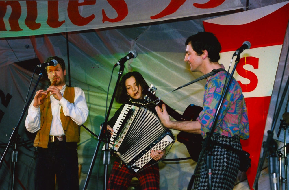 East Whistle live at Kraków Shanty Festival, Poland, 1994 With Hugh Nankivell and Melissa Holding.
