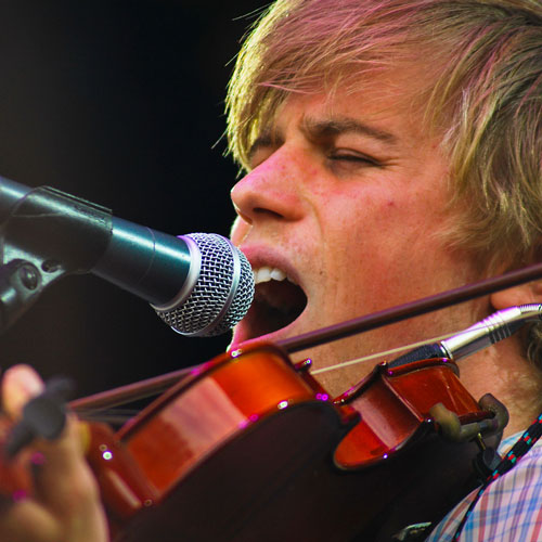 Johnny Flynn singing and playing violin